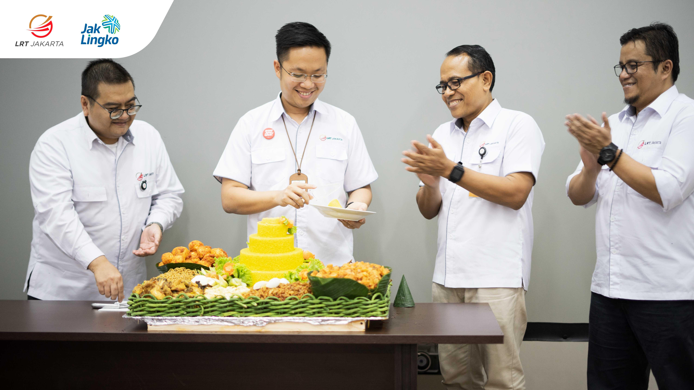 Pemotongan tumpeng oleh Direktur Utama Allan Tandiono