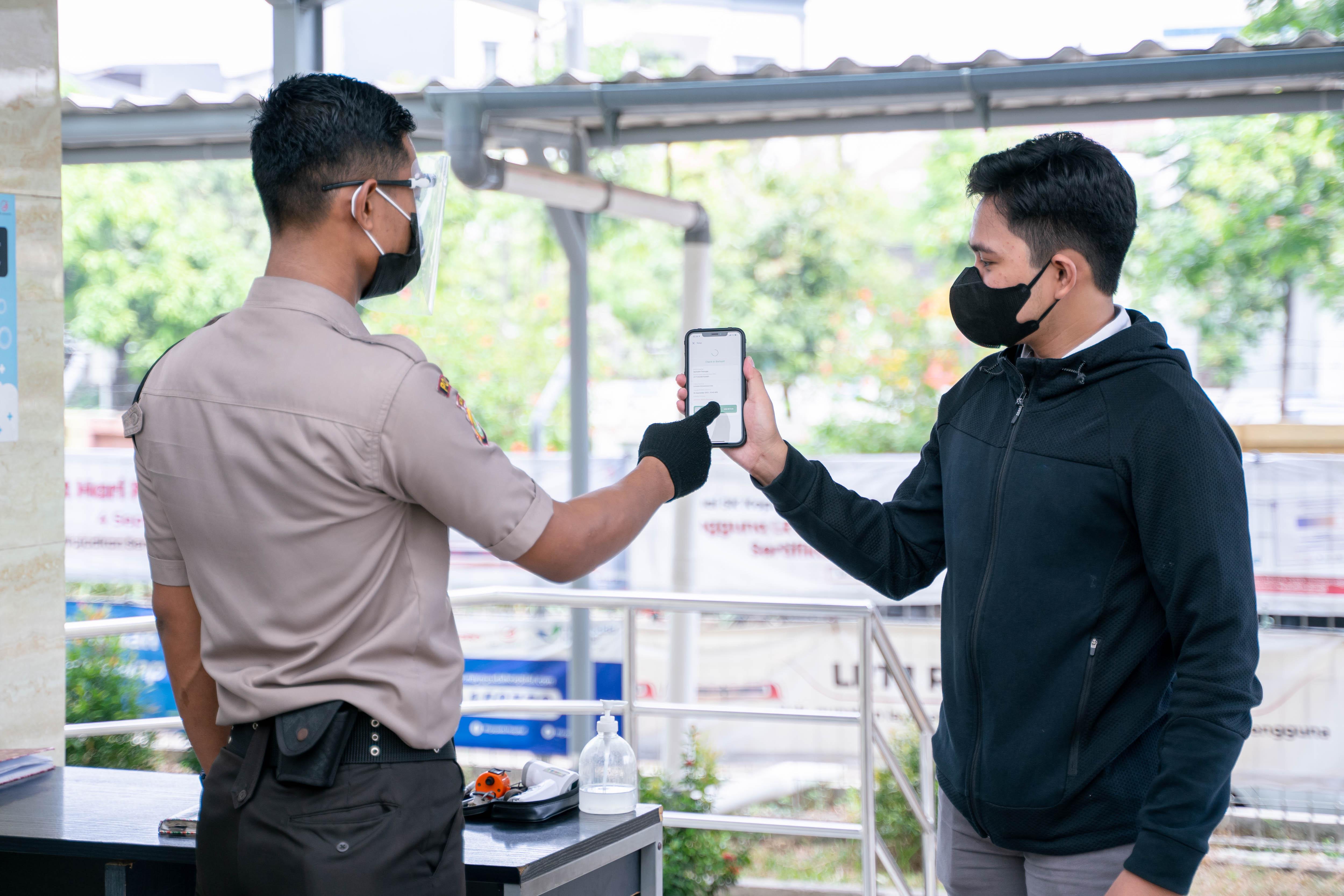 Penerapan Aplikasi PeduliLindungi di Stasiun LRT Jakarta